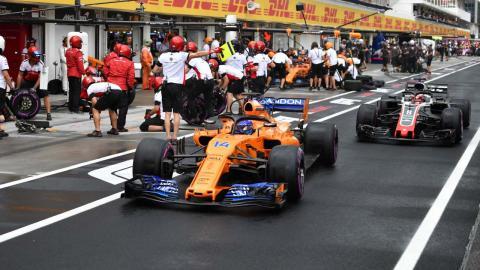 Alonso en el pitlane Hungria