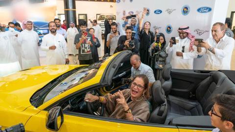 Ford regala un Mustang a activista saudi