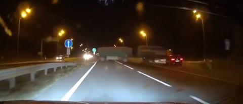 VÍDEO: Un coche choca contra un camión a toda velocidad