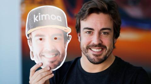 Alonso con su máscara en México