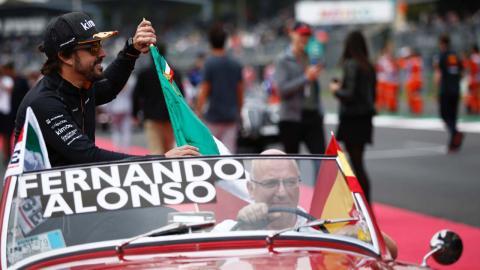 Fernando Alonso en el drivers parade de México