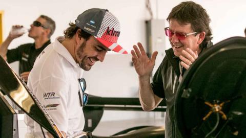 Alonso en el box del equipo en Daytona