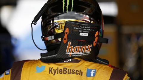 Kyle Buch con el HANS