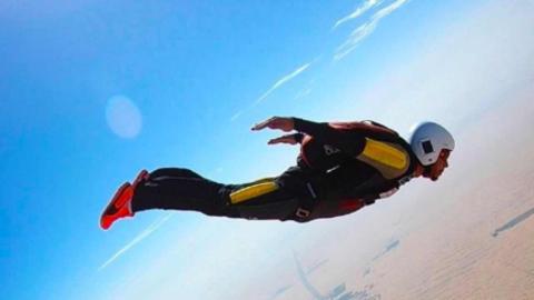 Lewis Hamilton hace paracaidismo