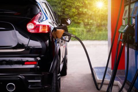 Coche en gasolinera