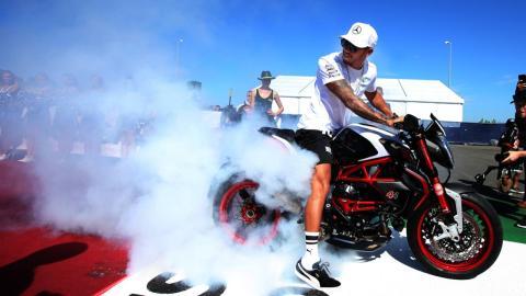 Hamilton en moto