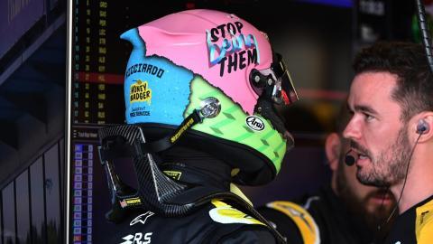Ricciardo en el box de Renault