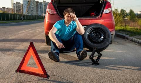 Cómo cambiar una rueda en cinco sencillos pasos