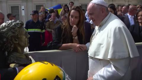 El Papa recibe un busto y un casco de Ayrton Senna