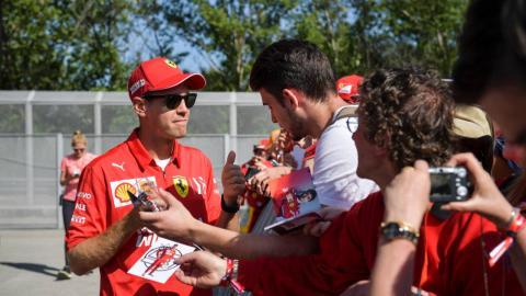 Vettel con aficionados en Barcelona