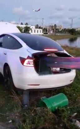VÍDEO: Un guardarraíl empala a un Tesla y el conductor sale ileso