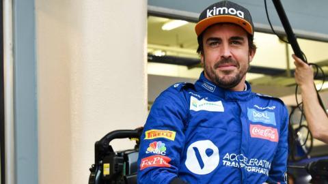 Alonso en el box de McLaren en Bahrein