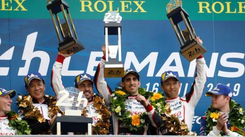 Alonso celebra su victoria en Le Mans