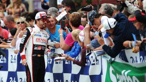 Alonso y fans en Le Mans
