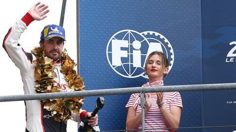 Fernando Alonso en el podio de Le Mans