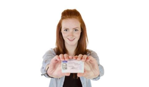 ¿Te pueden multar por llevar el carné caducado?