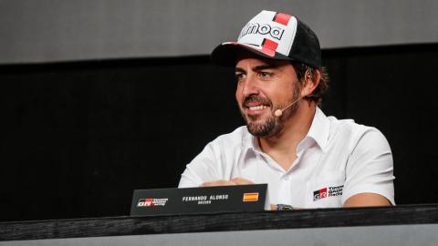 Fernando Alonso en la presentación del Dakar