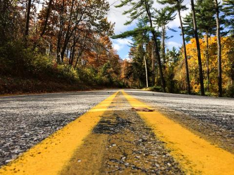 Línea amarilla en carretera