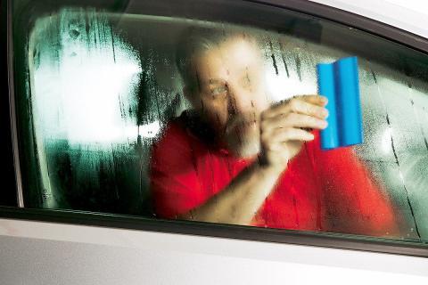 Cómo desempeñar los cristales del coche