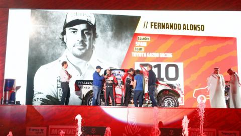 Alonso en la salida del Dakar 2020