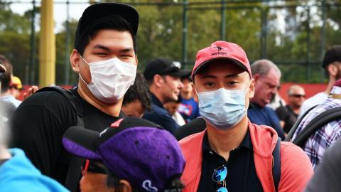 Aficionados F1 con mascarilla en el GP de Australia