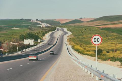 Holanda reduce la velocidad en autopista a 100 km/h, ¿deberíamos hacerlo?