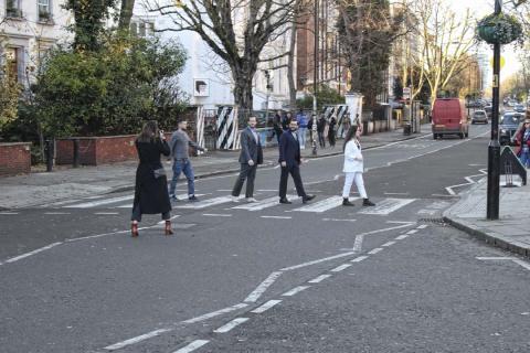 Pintan otra vez Abbey Road por el coronavirus