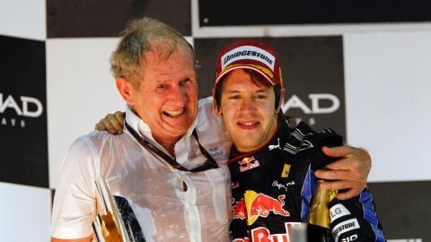 Helmut Marko celebra con Sebastian Vettel su título de 2010