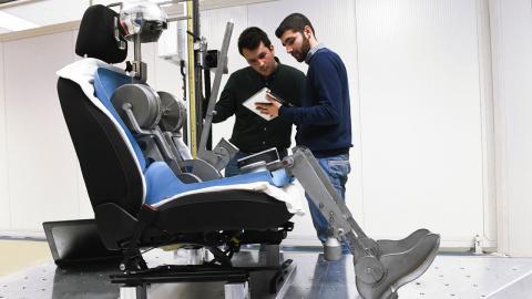 como-sentarse-de-forma-correcta-al-volante_robot