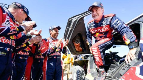 Carlos Sainz aplaudido tras ganar el Dakar