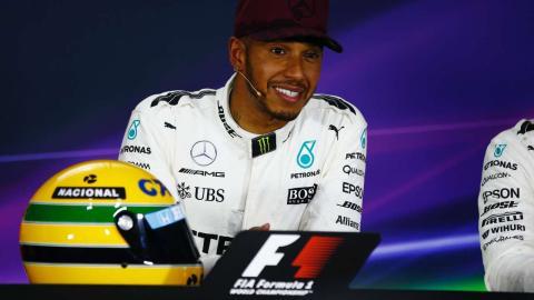 Lewis Hamilton con el casco de Senna