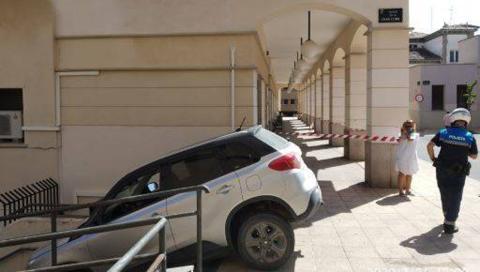 Coche atascado escaleras en Pamplona