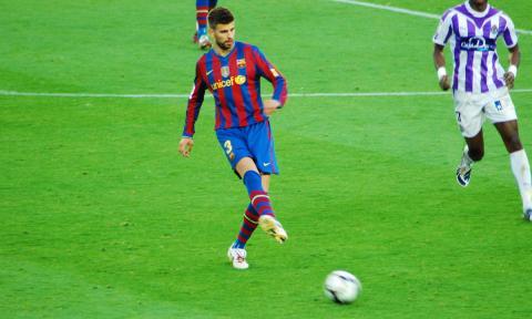 Piqué, llegó en bici y sin casco al Camp Nou ¿Es legal?