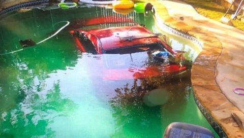 Alcohol y conducción, peligrosa mezcla que acaba con un coche en un piscina