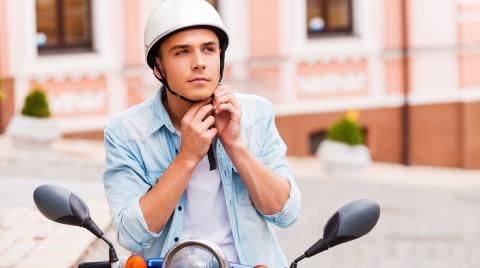 ¿Te pueden multar por llevar una gorra en el casco de la moto?