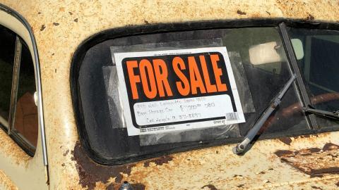 """Las dos multas que te puede poner la DGT por llevar un cartel de """"Se vende"""""""