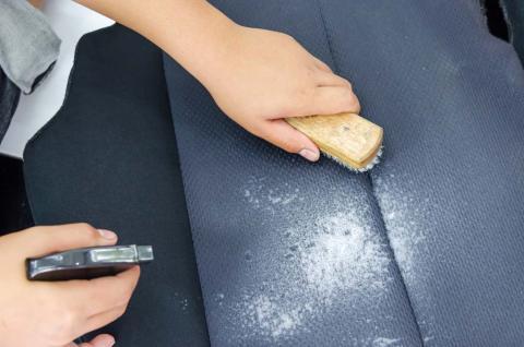 Cómo limpiar la tapicería según su material