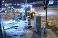 Un hombre usa un tractor para asaltar una tienda y robar dos motos