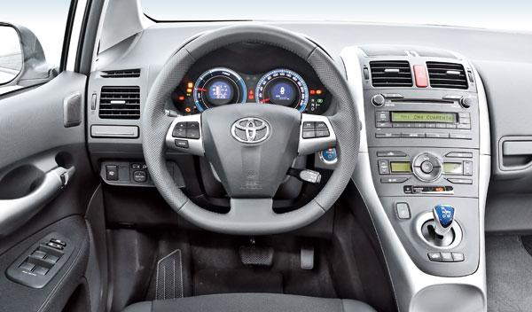 Toyota Auris híbrido volante y cuadro de mandos