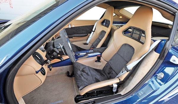 BMW-Serie-1-M-Coupé-Porsche-Cyaman-R-interior