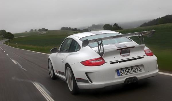 Porsche-911-RS-4.0-trasera