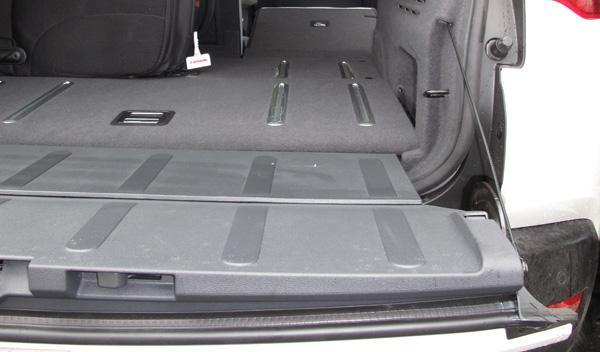 El fondo del maletero y los asientos replegados del Peugeot 3008 Hybrid4