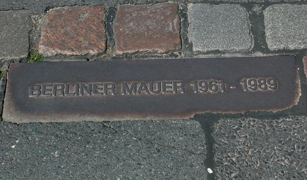 Asfalto de la calle Axel Springer de Berlín