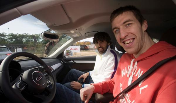 Los jugadores del Barça Regal pueban el nuevo Audi Q3