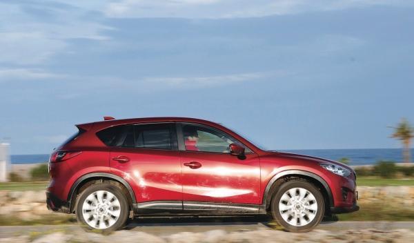 Mazda CX-5 Nissan Qashqai perfil, cara a cara superventas