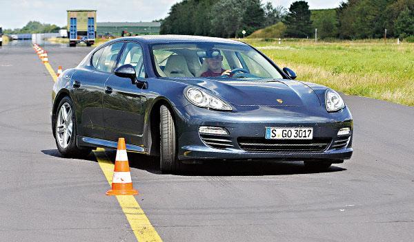 Porsche Panamera curva