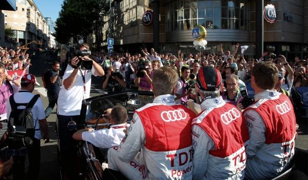 Los pilotos de Audi se pasean en el desfile previo 24 Horas de Le Mans el año