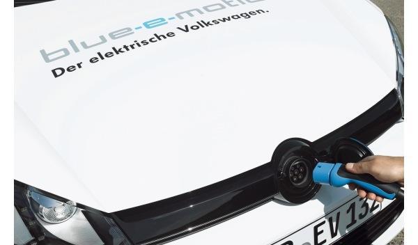 volkswagen-golf-eléctrico-carga