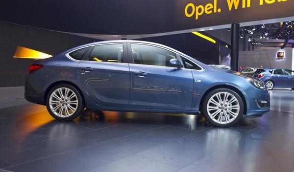 Opel Astra Sedán Salón de Moscú 2012