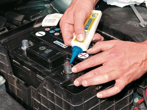 untar bornes batería coche con vaselina